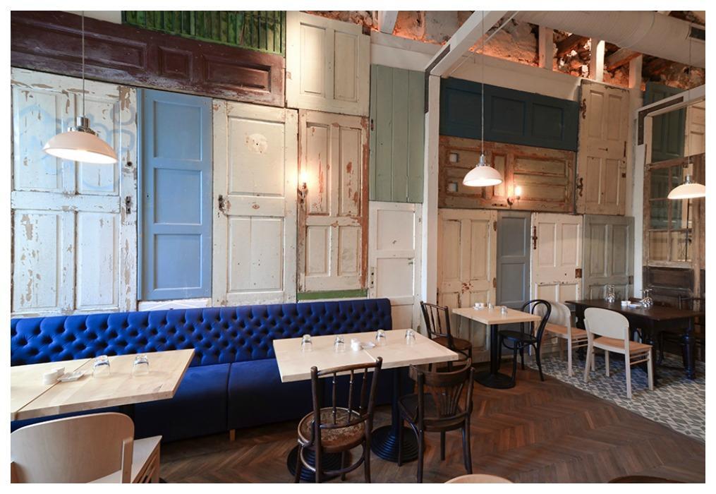 pared formada por puertas de madera recicladas - Decorar Paredes Con Madera