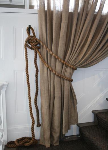Cortina de tela de saco, con alzapaños de cuerda.