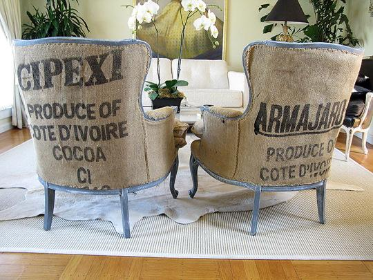 Con antiguos sacos de cacao se han tapizado estos dos sillones