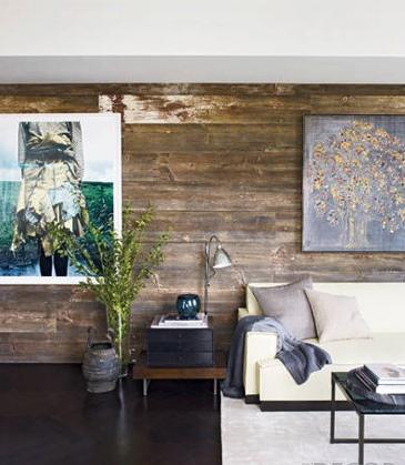Con tablones de madera reciclada la pared de este salón