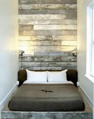 Pared de madera reciclada pintada y decapada en tonos grises