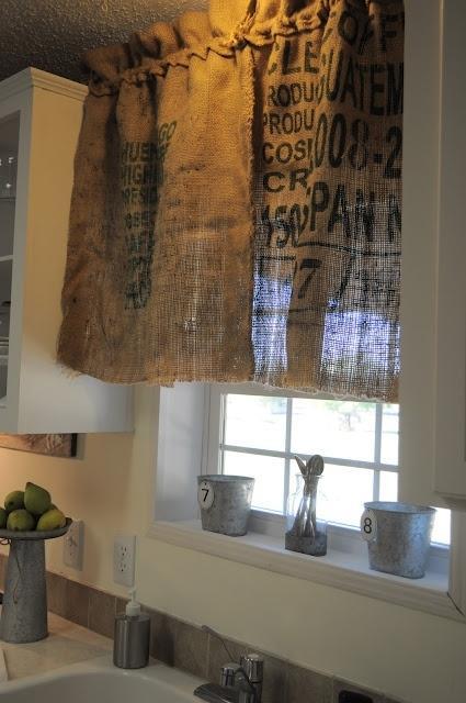 Tela de saco impresa, en la cortina de esta cocina.