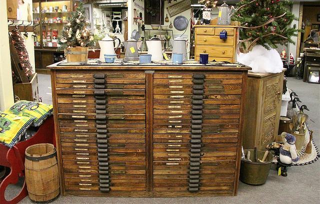 Antiguo mueble archivador, con sus letreros indicativos.