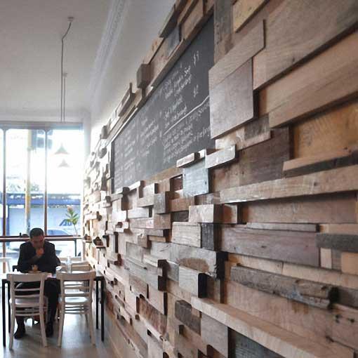 La pared de una cafetería, fabricada de trozos de madera reciclada