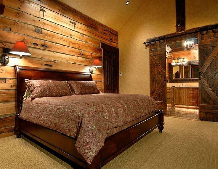 La pared donde se sitúa la cama formada por maderas recicladas.