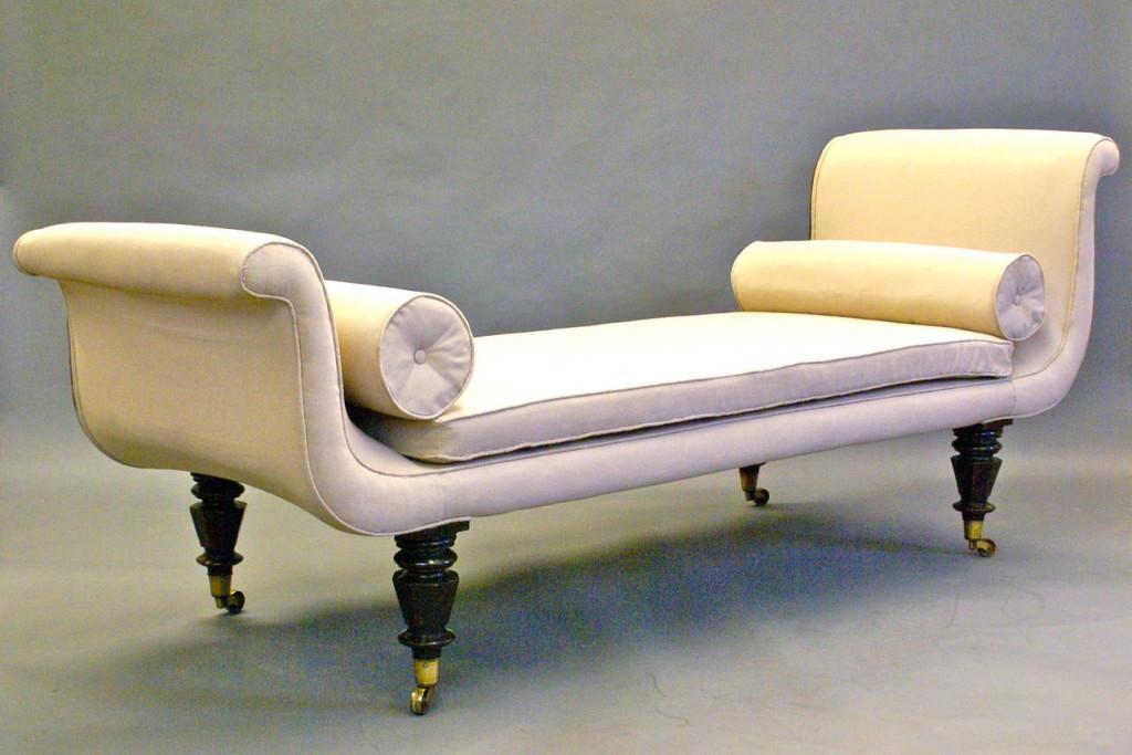 Chaise longue clásica, con patas acabadas en ruedas.
