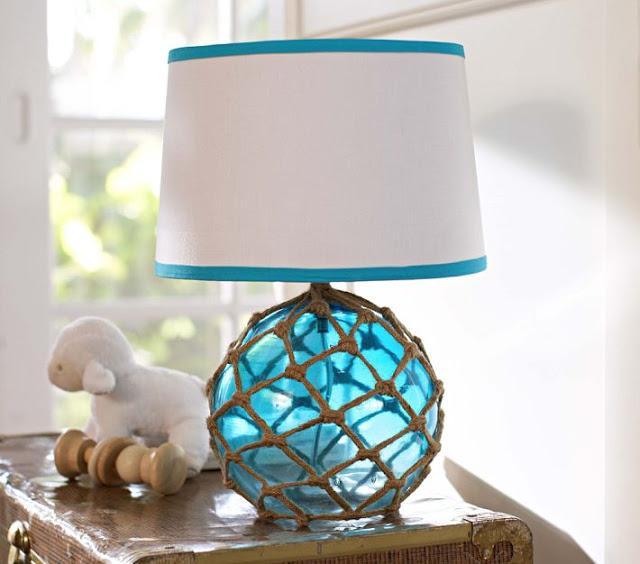 Lámpara de mesa, con base de cristal y cuerda.