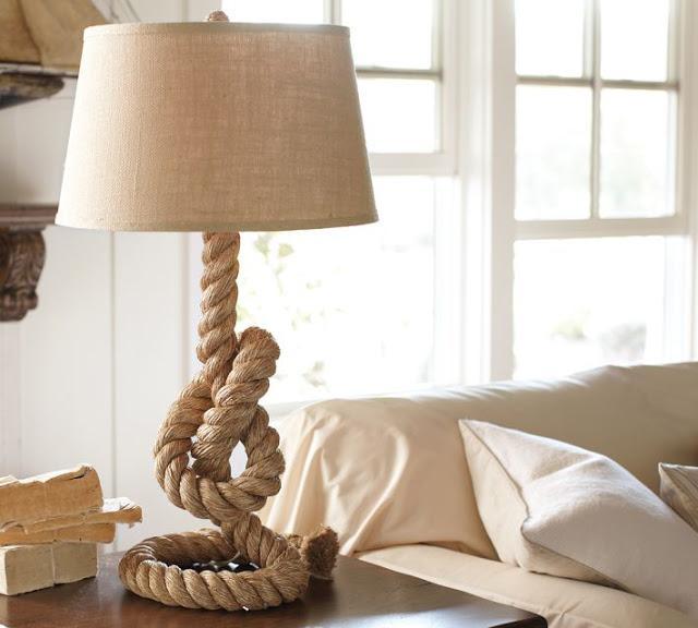 Lámpara de mesa, con pie de cuerda.