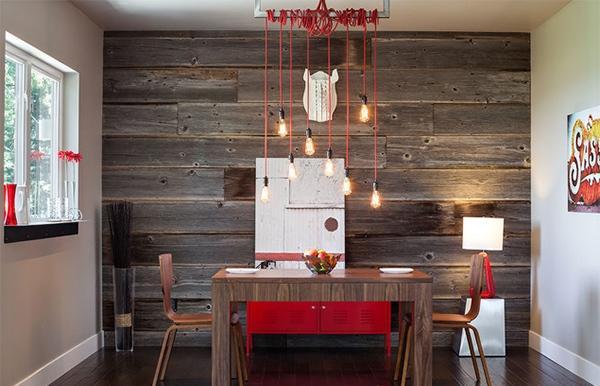 Pared realizada con tablones de madera reciclada