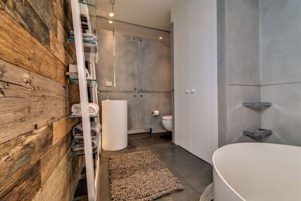 Pared de madera reciclada en el baño