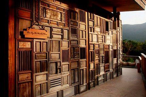 Pared realizada, con puertas de madera reciclada