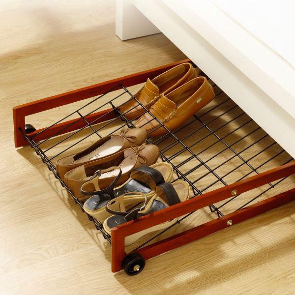 Organizador de zapatos bajo el mobiliario.