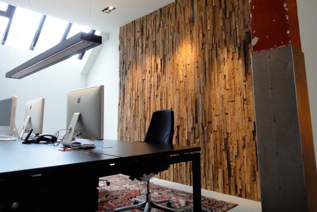Piezas de madera reciclada, para la pared del despacho
