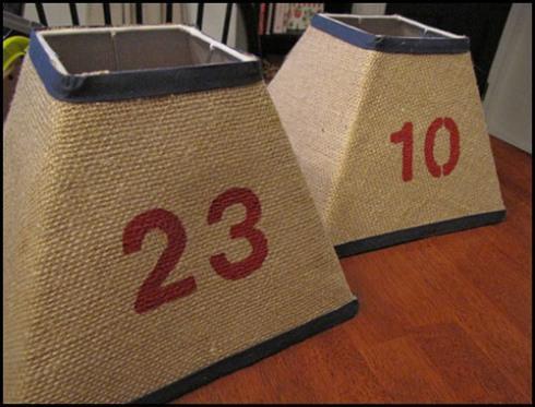 Forrada de tela de saco impresa con números, estas dos tulipas de lámparas.
