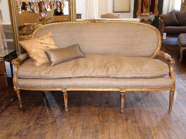 Sofá de época, tapizados con tela de saco.