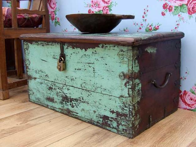 Antiguo baúl de madera, decapada.