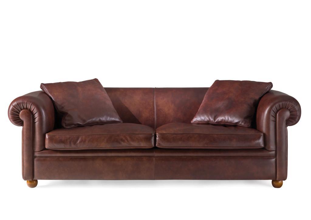 Sofá Chester de piel marrón y cojines del mismo estilo