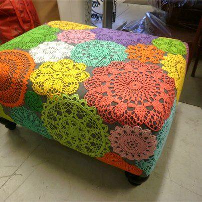 Puf con mantelitos de crochet, de colores.