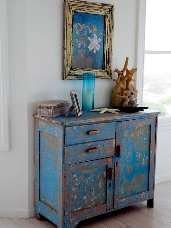 Mueble de madera, pintado de color azul decapado.