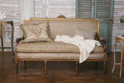 Un sofá Luis XV, tapizado con tela de saco
