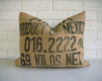 Números y letras en la impresión de la tela de saco, de este cojín.