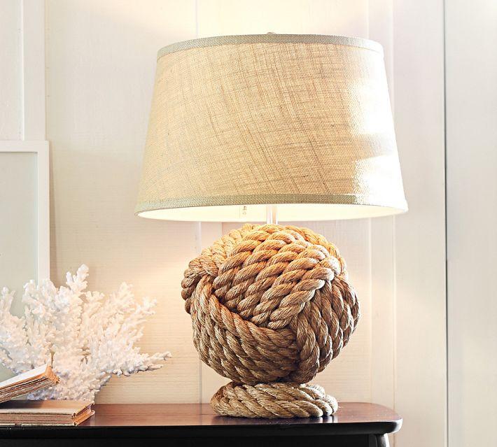 Lámpara de mesa, con pie de cuerdas formando una bola