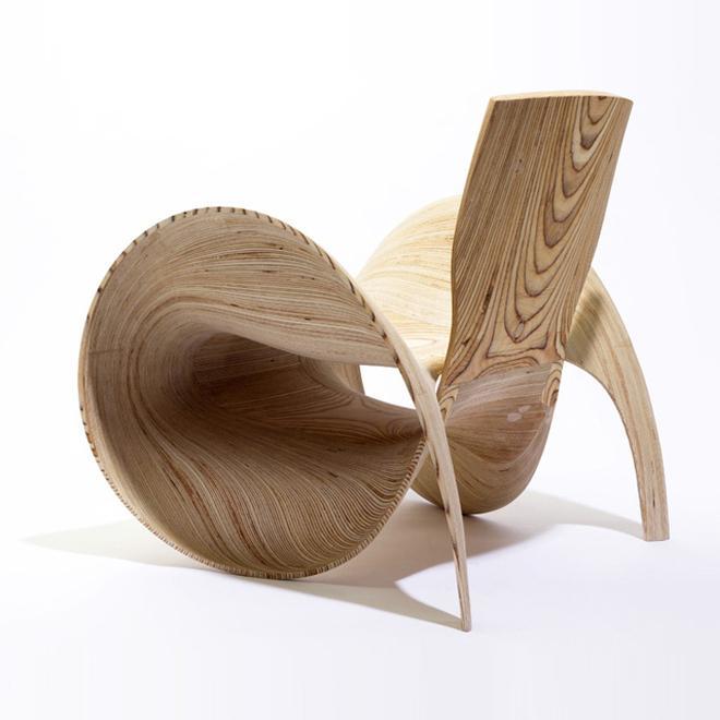 bSillón de chapa curvada de madera