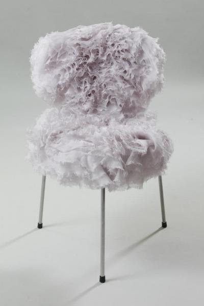 Silla con tapizado en forma de pétalos de flores-sarah-burton