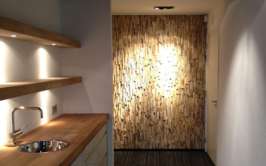 Una pared, con infinidad de piezas de madera reciclada
