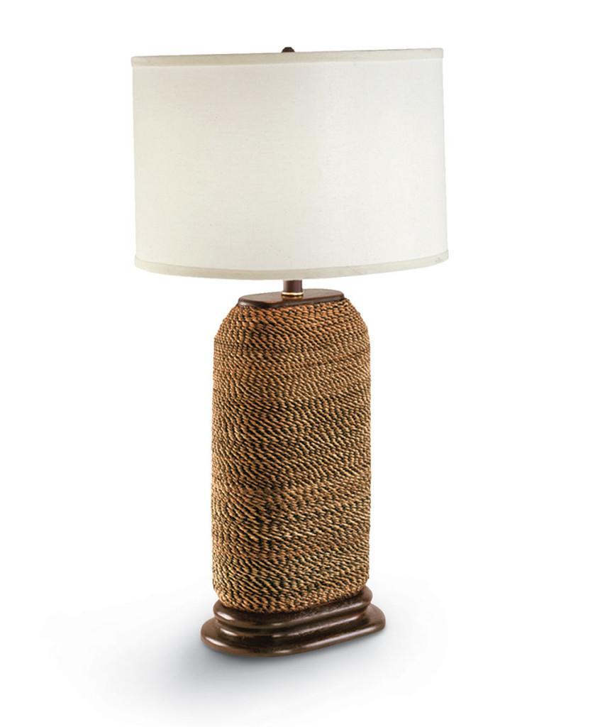 Lámpara de mesa, con pie de madera y cuerda.
