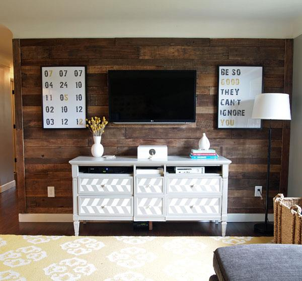 Una pared de madera reciclada