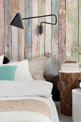 Pared con madera reciclada de colores