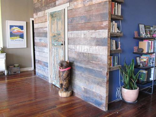 Una pared de tablones de madera reciclada de colores