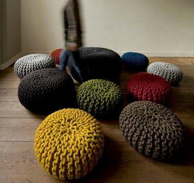Colección de pufs, de colores, tricotados.