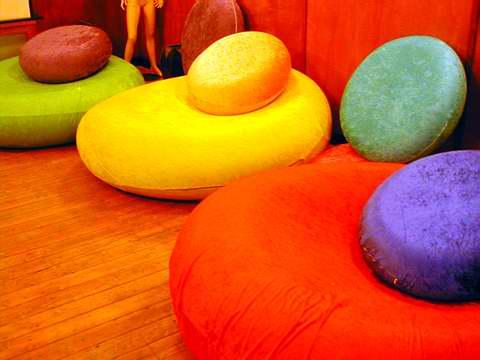 Bases de pufs amplias, con colores vivos.
