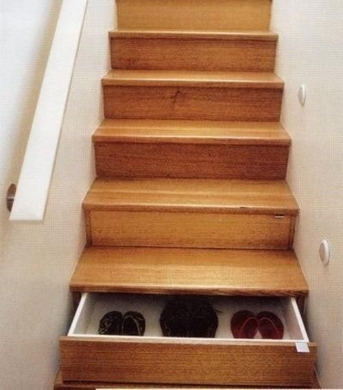Cajones en la contrahuella de la escalera.