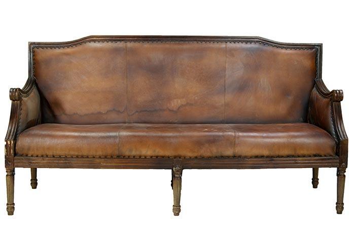 Sofá estilo luis XV tapizado en piel marrón y tachuelas