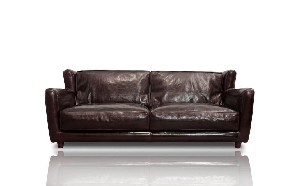 Sofá tradicional de piel marrón y aspecto desgastado