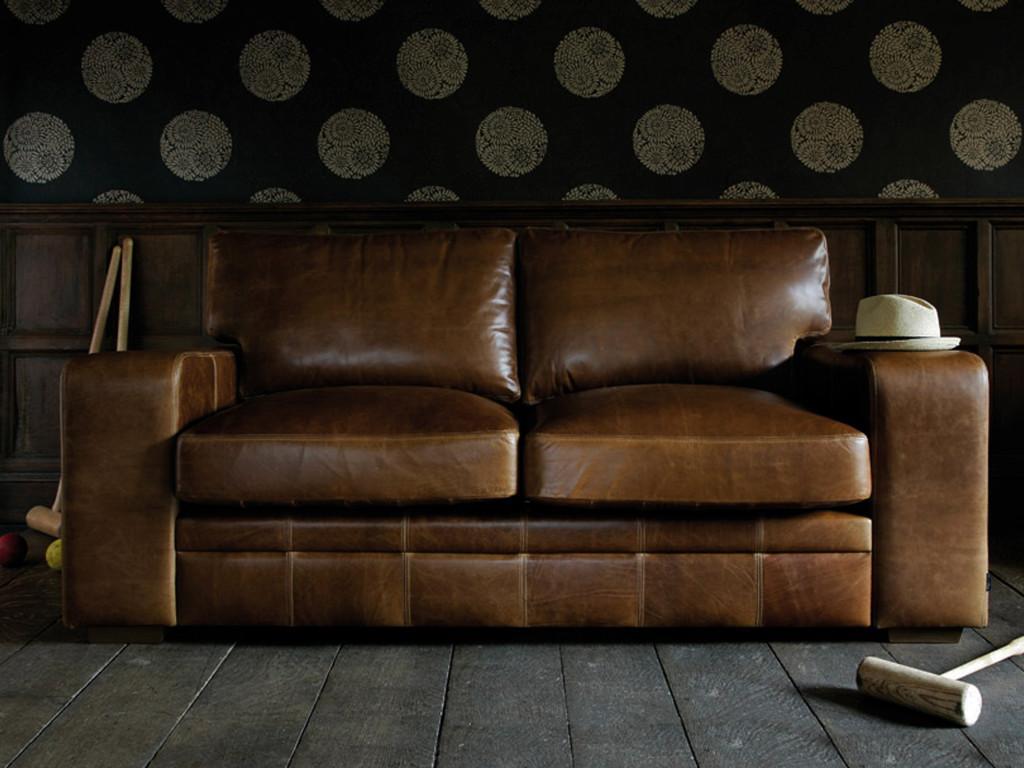 Sofá vintage, de piel color marrón con lineas rectas