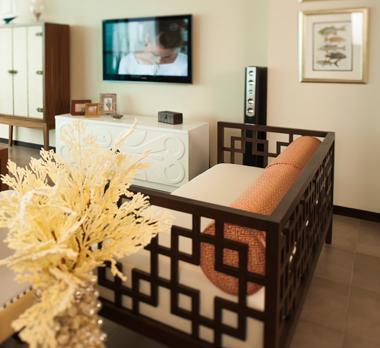Sofá con calados de estilo oriental.