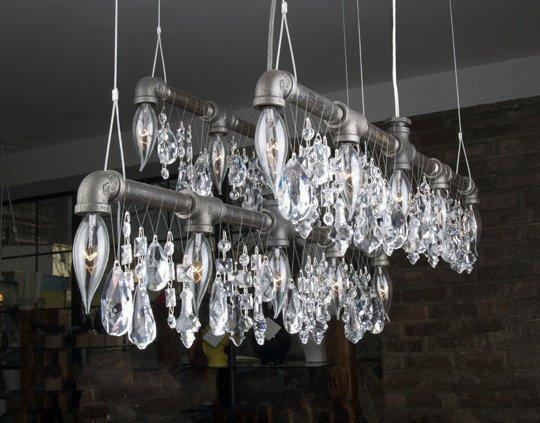 Araña de cristal de estilo industrial.