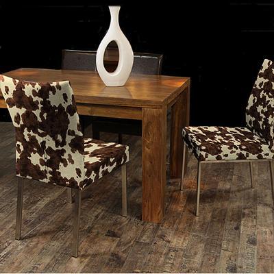Dos sillas de comedor modernas.