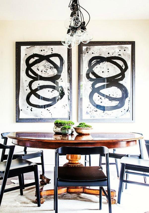 Dos grabados abstractos en el comedor.