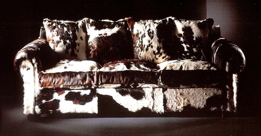 Sofá clásico, con cojines del mismo material.