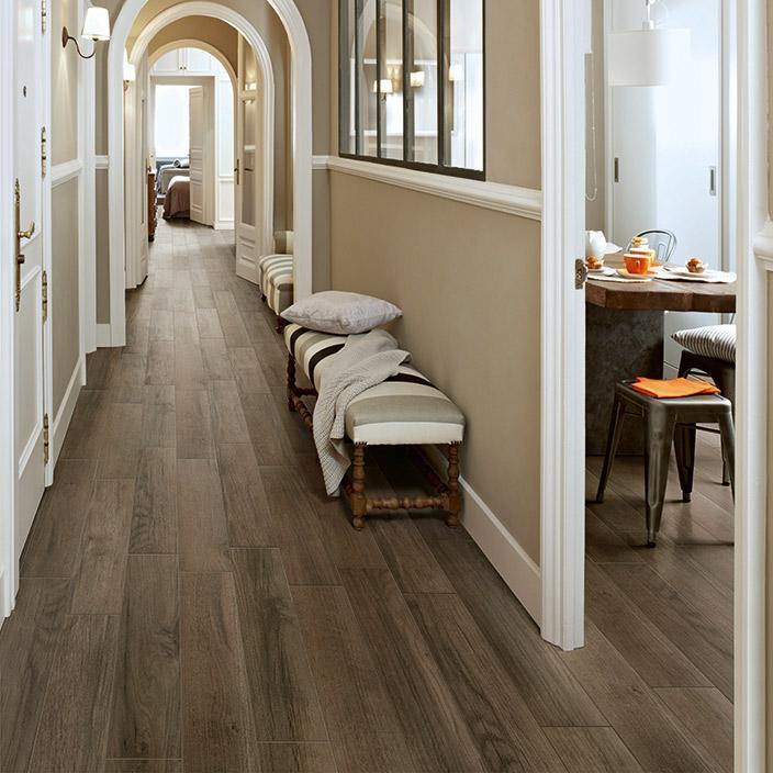 Elegante suelo cerámico, de imitación madera.