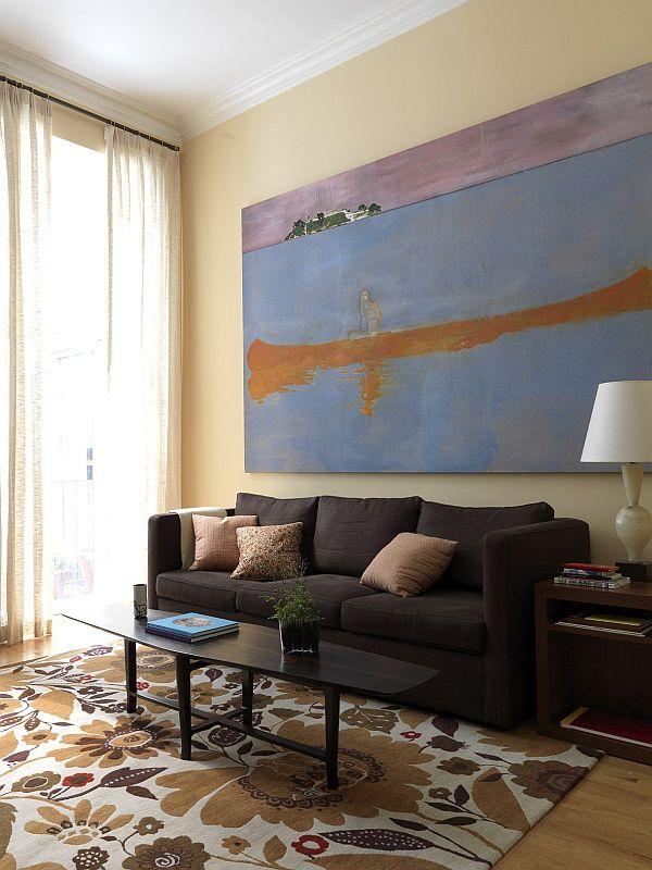 Un gran cuadro sobre el sofá.