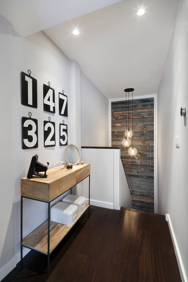 De madera y metal con formas lineales.