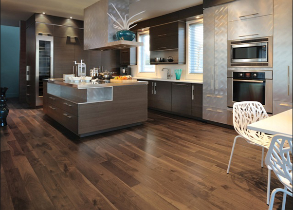 una cocina con suelos de imitacin madera