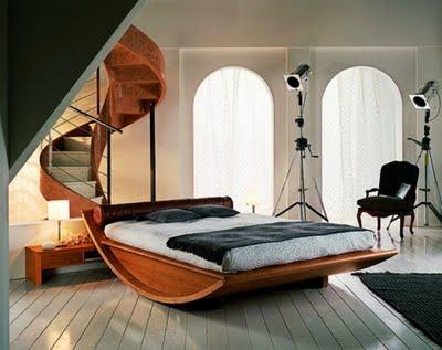Cama de madera,con forma de balancín.