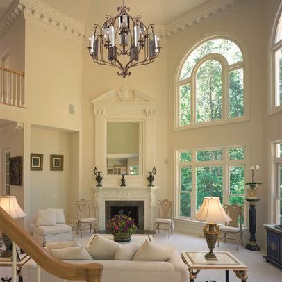 Salón clásico con grandes ventanales.